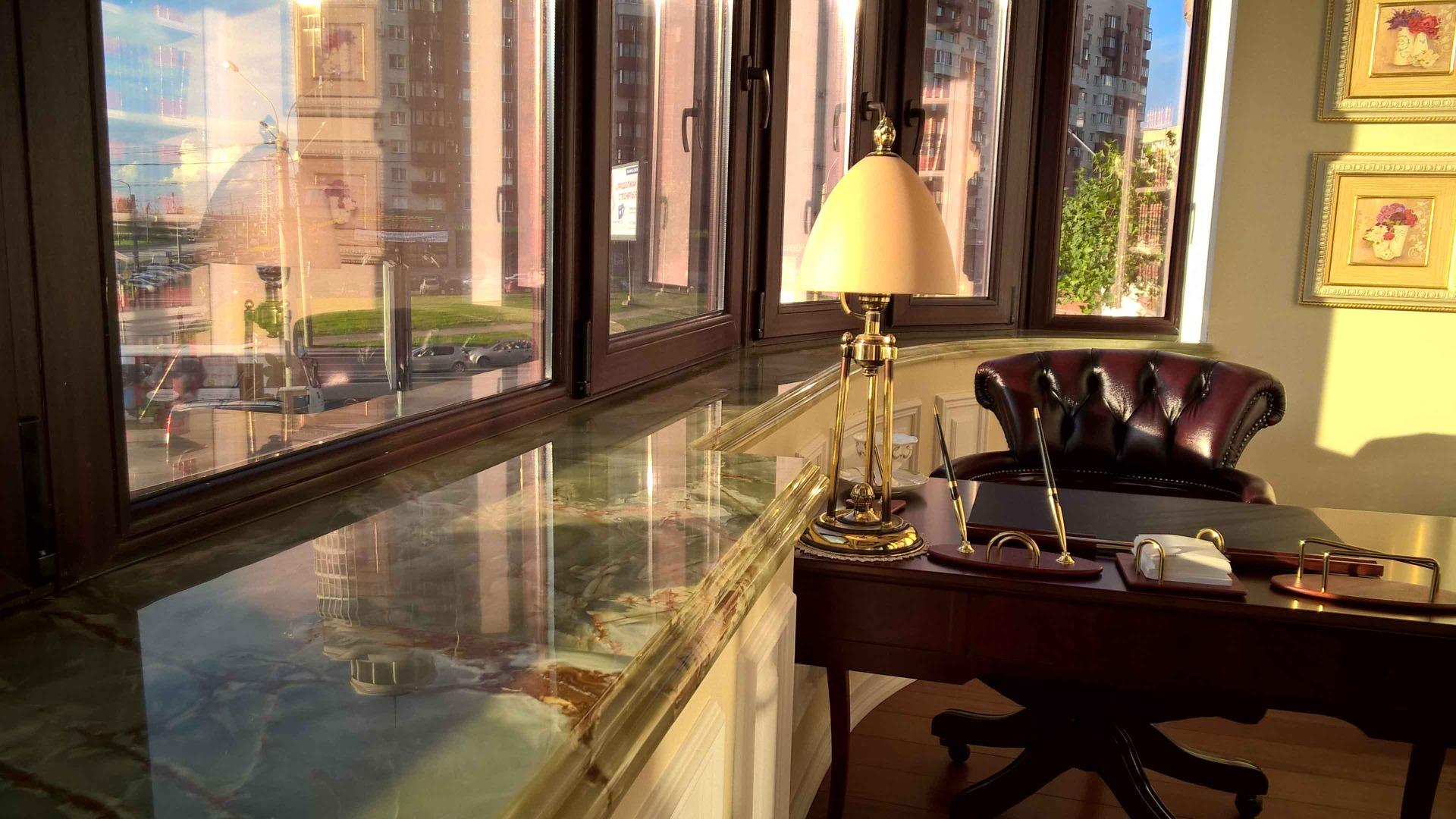 Подоконник и столешница из натурального камня  оникса для кабинета в Краснодаре