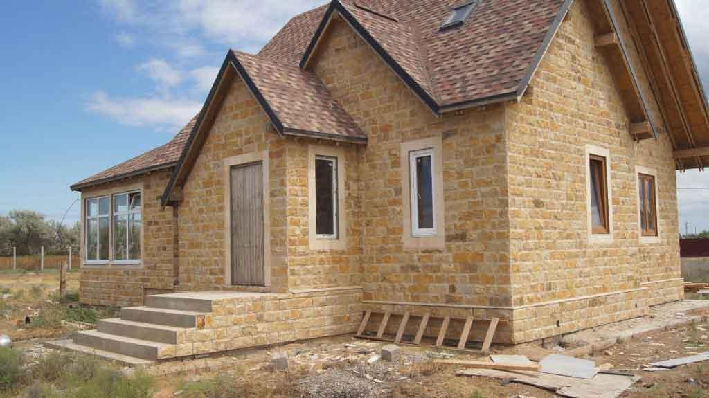 Отделка фасада дома природным камнем в Сочи: доломит, ракушечник, песчаник, дербент, известняк