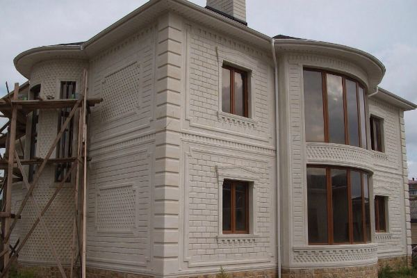 Облицовка и отделка фасадов домов натуральным природным дагестанским камнем в Барнауле - фото работ