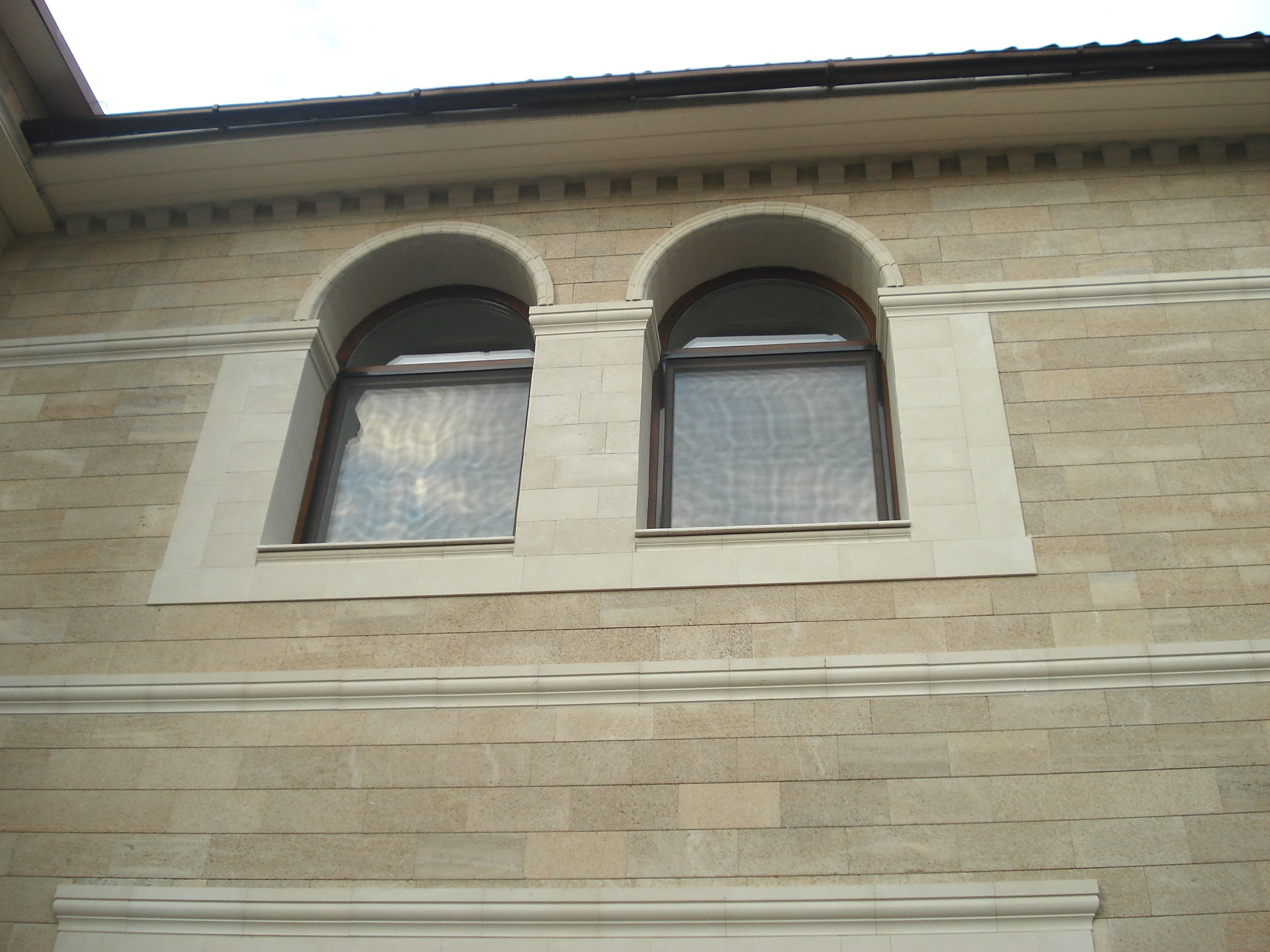Дома и здания облицованные плиткой из каякентского дагестанского камня ракушечника - фото, цены, размеры плитки