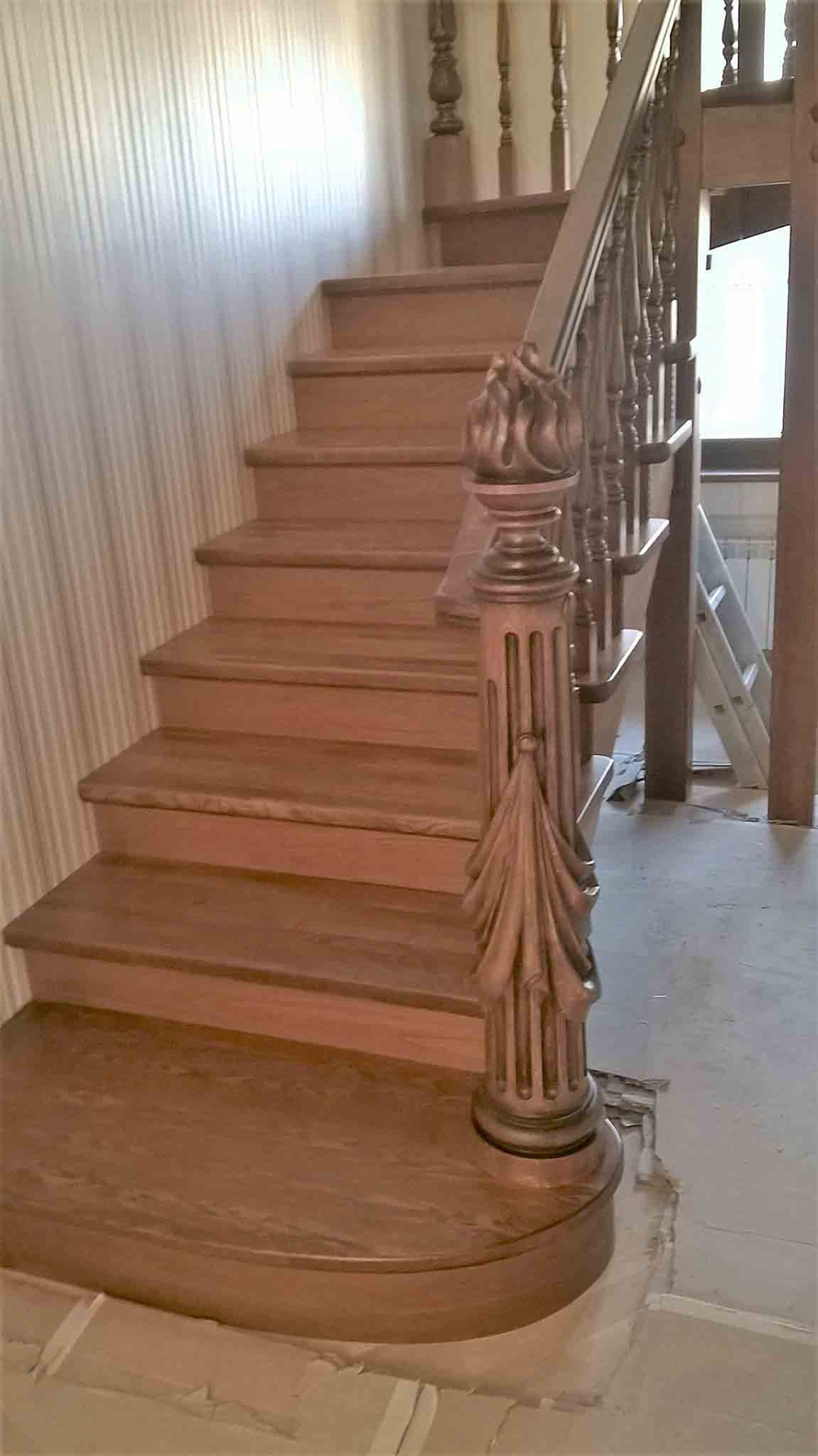 Деревянные лестницы из массива дуба на заказ в Сочи