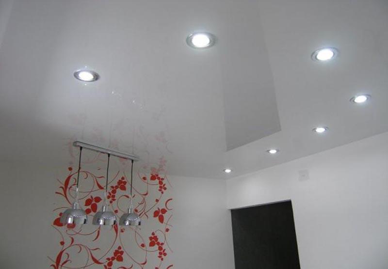 Белый натяжной потолок с рисунком в Кропоткине