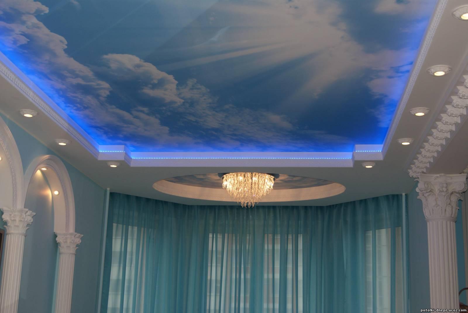 Цветные натяжные потолки с изобржением голубого неба с облаками в Кропоткине Гулькевичи